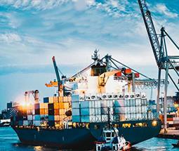 Корабль перевозит контейнеры