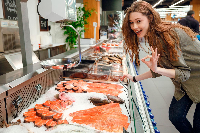 Витрина с рыбной продукией